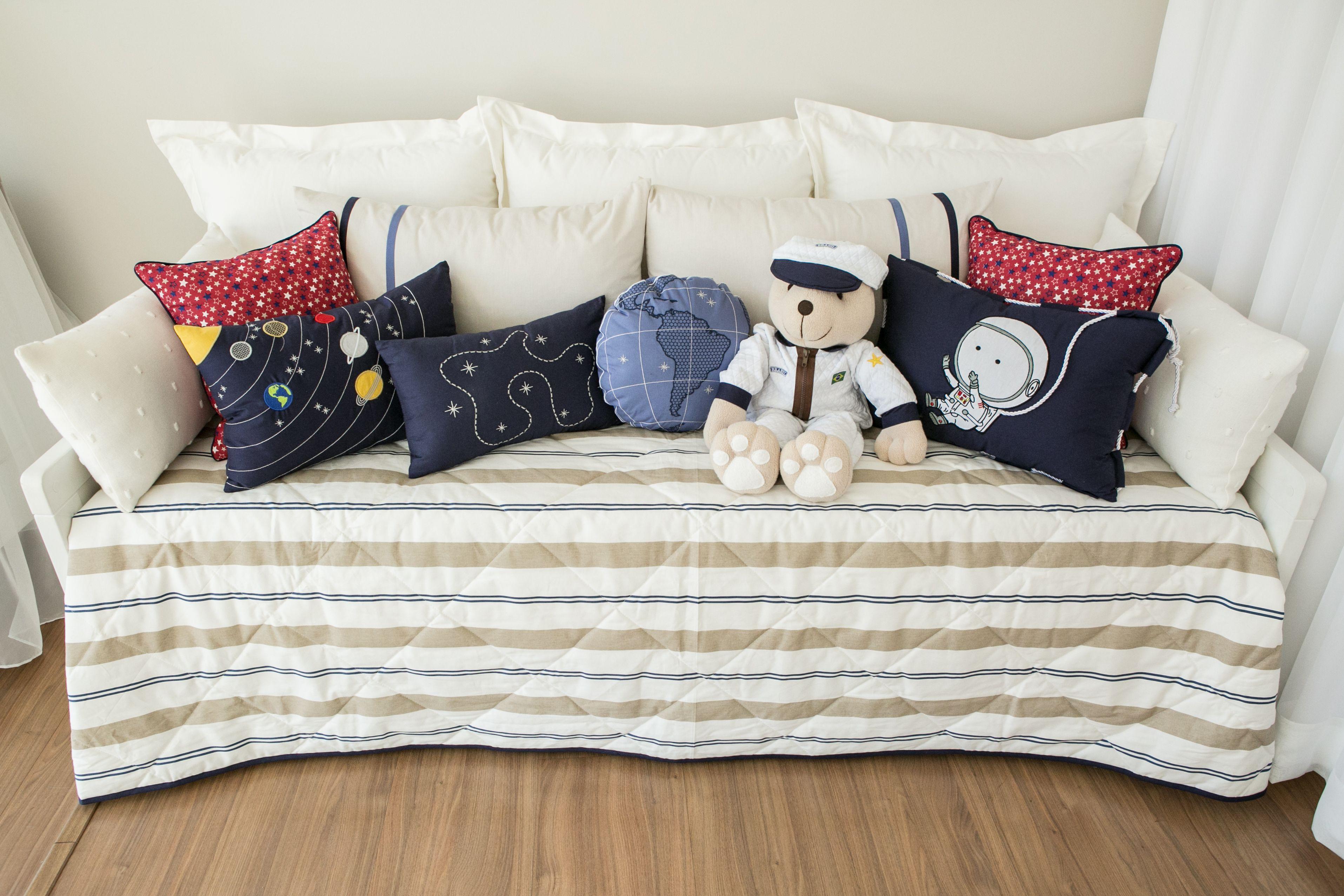 ccb7a66f24 O enxoval de cama mais as almofadas decorativas da Coleção Interestelar  remetem o espaço