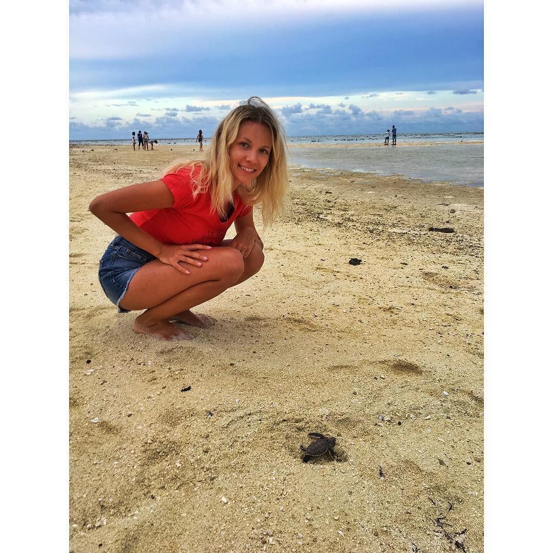 Baby turtle heading to the ocean  Морская черепашка направляется к океану. by anastasiastravels http://ift.tt/1UokkV2
