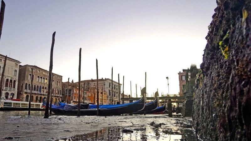 Gondoly v Benátskej lagúne bez vody počas nezvyčajne suchého obdobia na prelome rokov 2016 a 2017