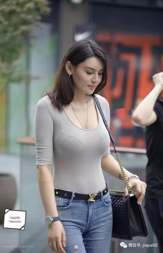 Thin and tight-fitting U-neck top, full breasts, skinny