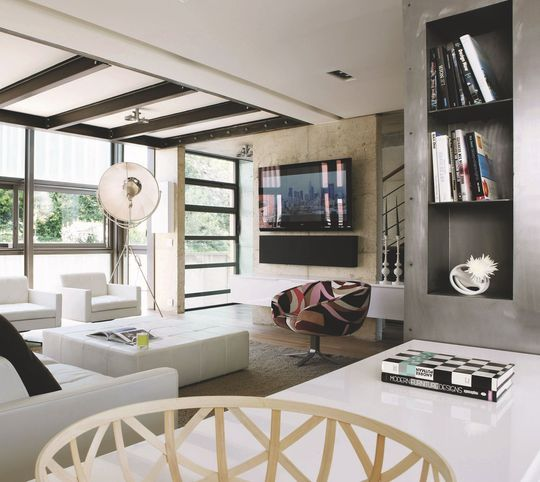 Salon moderne avec grand écran tv  écran plat, vidéoprojecteur