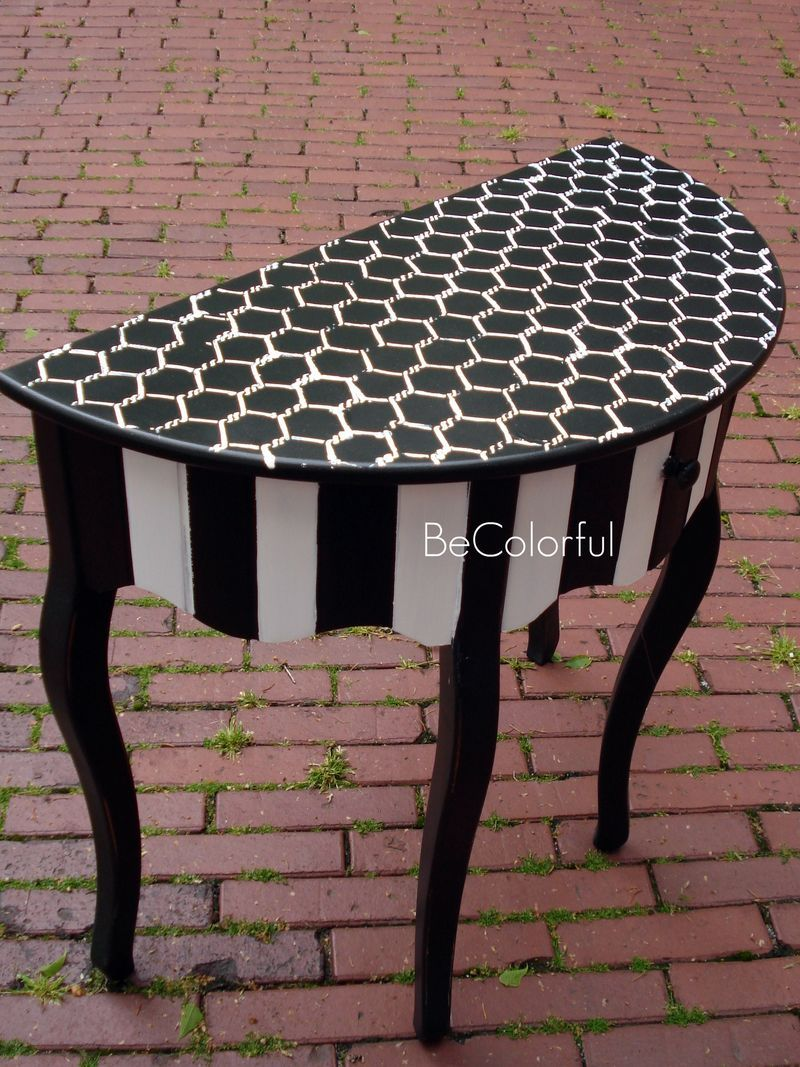 love the black u0026 white design on this little table painting