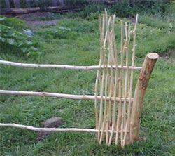 Gewebter Zaun-Yard-Rand. Wenn es mit lebenden Bambusstöcken gemacht wird, wächst es ungefä – Vorgarten ideen