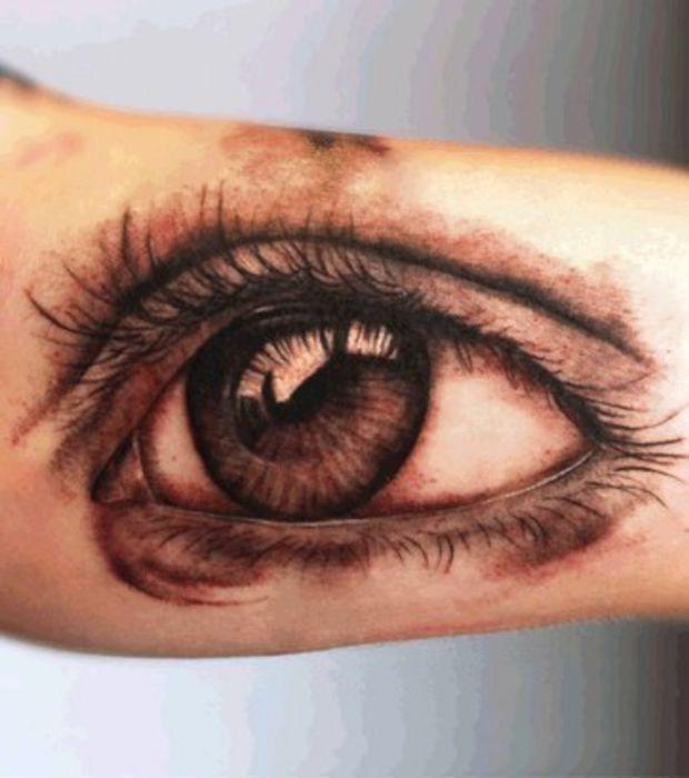 Tatouage oeil sur le corps d\u0027une femme