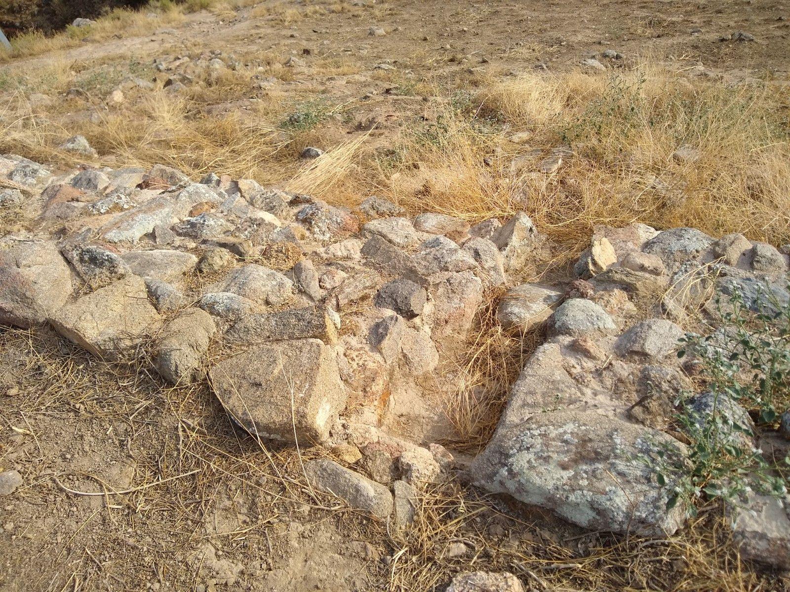 Entre los muros de piedra vemos canalizaciones para expulsar el agua de lluvia