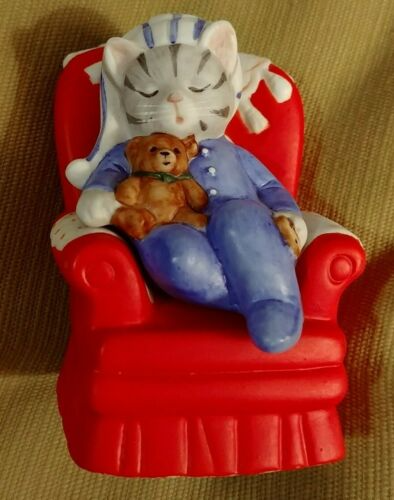 Kitty Cucumber Cat In Pajamas Sleeping In Red Chair 1988 Schmid No Box In 2020 Red Chair Kitty Red