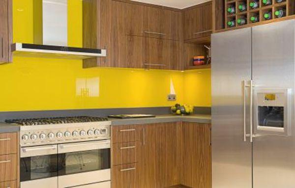 interessante küche mit gelben wänden und hölzernen schränken ...