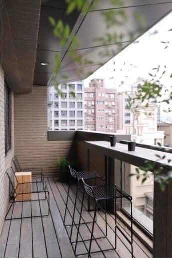 aménager un balcon étroit avec une table haute façon bar, vue sur la ...