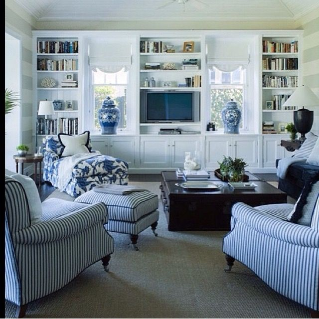 Family In Living Room: Pin De Hamptons Style En Blue And White