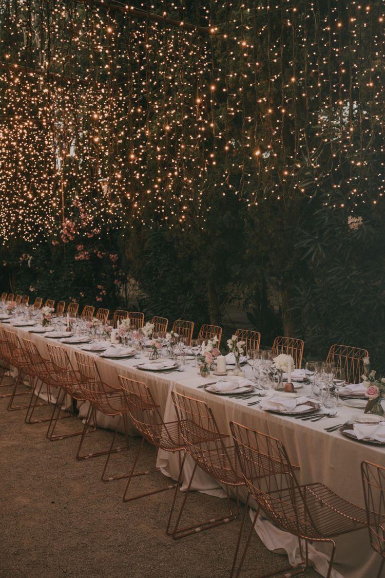 Casamento dos Sonhos | Decoração de casamento com mesas comunitárias e varal de lâmpadas