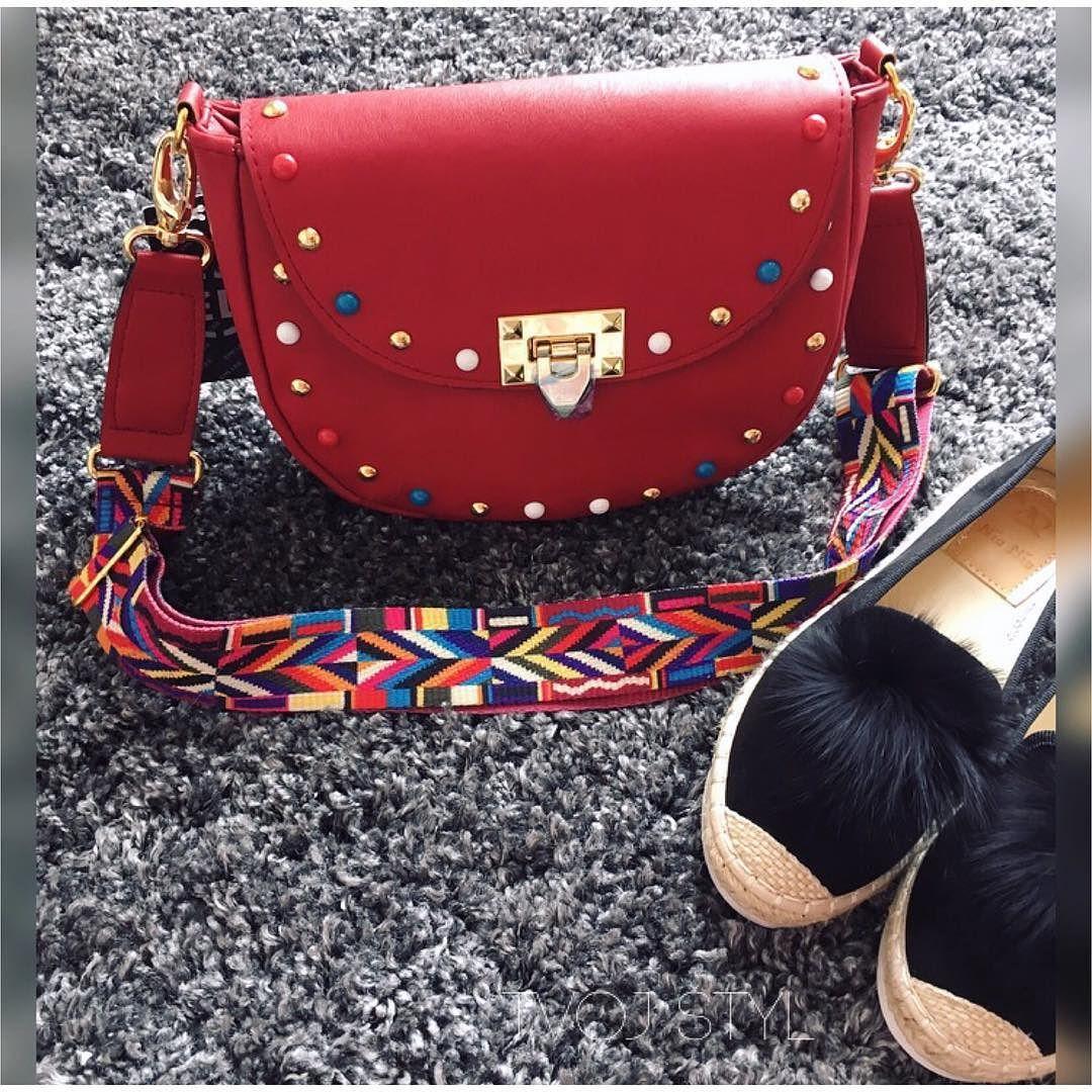 POSLEDNÝ KS Bordo crossbody kabelka s farebným remienkom 3490 čierne mokasíny S brmbolcom z pravej kožušiny veľ.37 sedí aj na menšiu 38 2990 IHNEĎ K ODBERU #spring#collection#crossbodybag#fashionbag#fashionista
