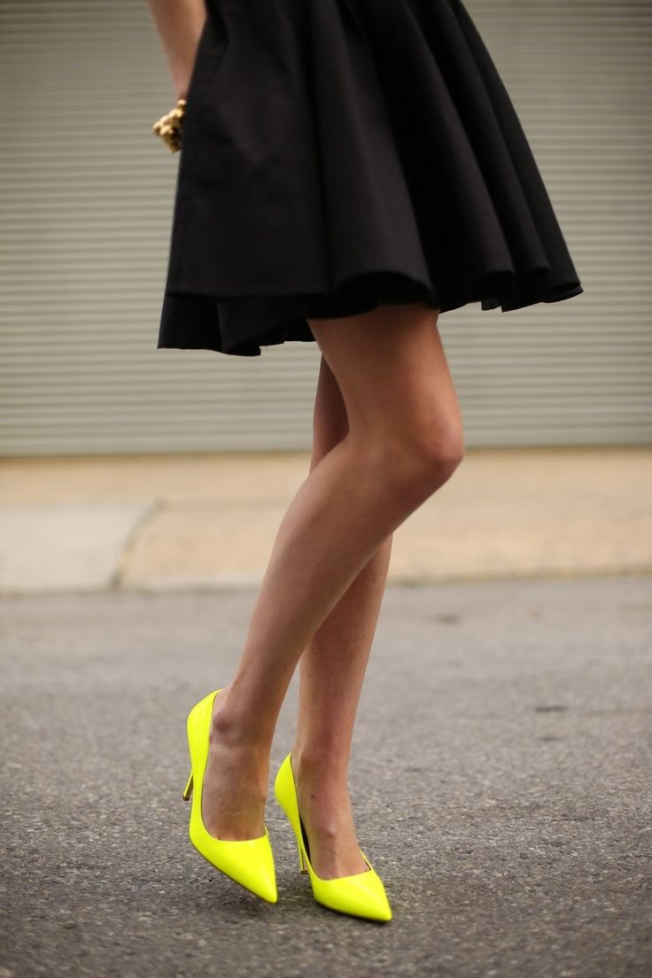 Vestido negro con zapatillas amarillas