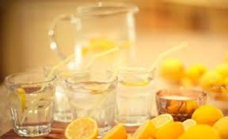 檸檬水不僅可以抗菌、提高免疫力,還有減少雀斑發生、美白潤膚等多種功效。閒時泡上一杯檸檬水,也是很多白