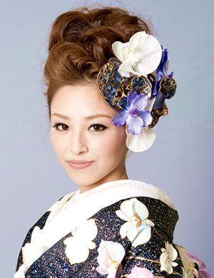 耳まで隠れるサイドのお花が小顔を演出する大人ヘアアレンジスタイル ウェディング 和 花嫁 髪型 色打掛 髪型
