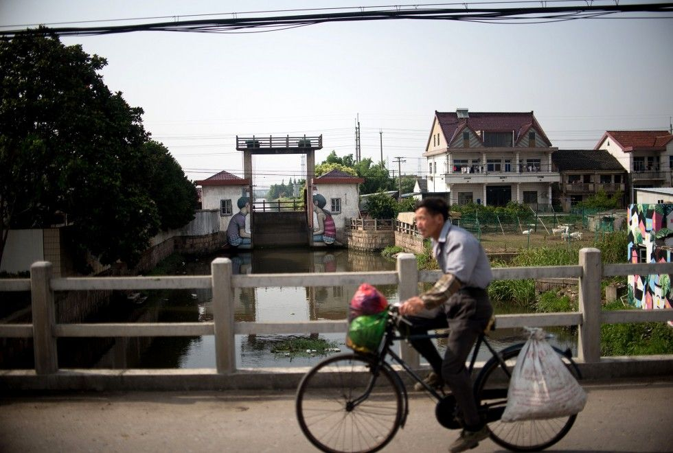 Een man fietst voorbij een kunstwerk van Julien Seth Malland.