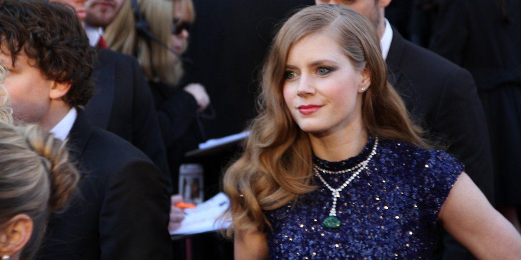 Amy Adams gives her first class seat to an American soldier