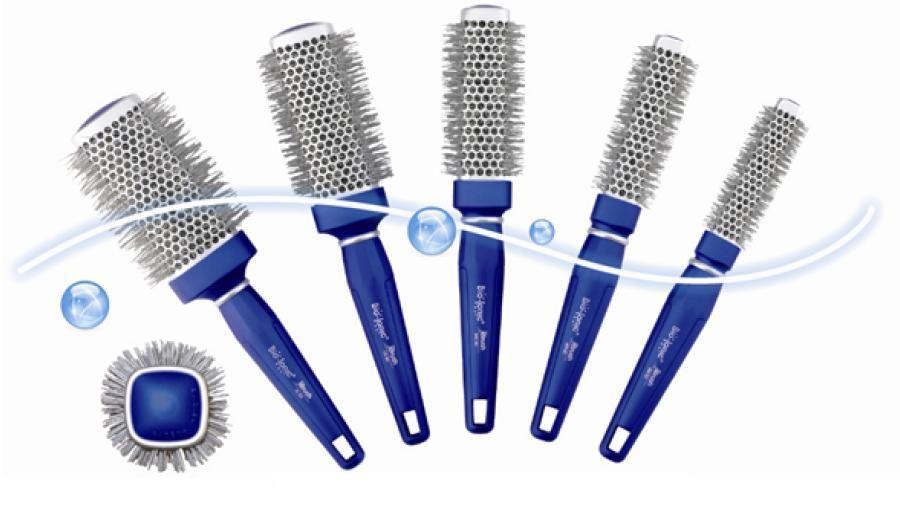 La nuova linea di spazzole Bio Ionic Blue Wave apporta un sostanziale mutamento al tradizionale concetto di idratazione dei capelli: favorisce una più completa idratazione in fase di asciugatura e piega sfruttando gli effetti di 32 minerali che producono benefici ioni negativi naturali, la cui presenza apporta un doppio giovamento: da una parte elimina gli ioni positivi, principale causa di invecchiamento dei capelli e dall'altra svolge una importante azione antibatterica.