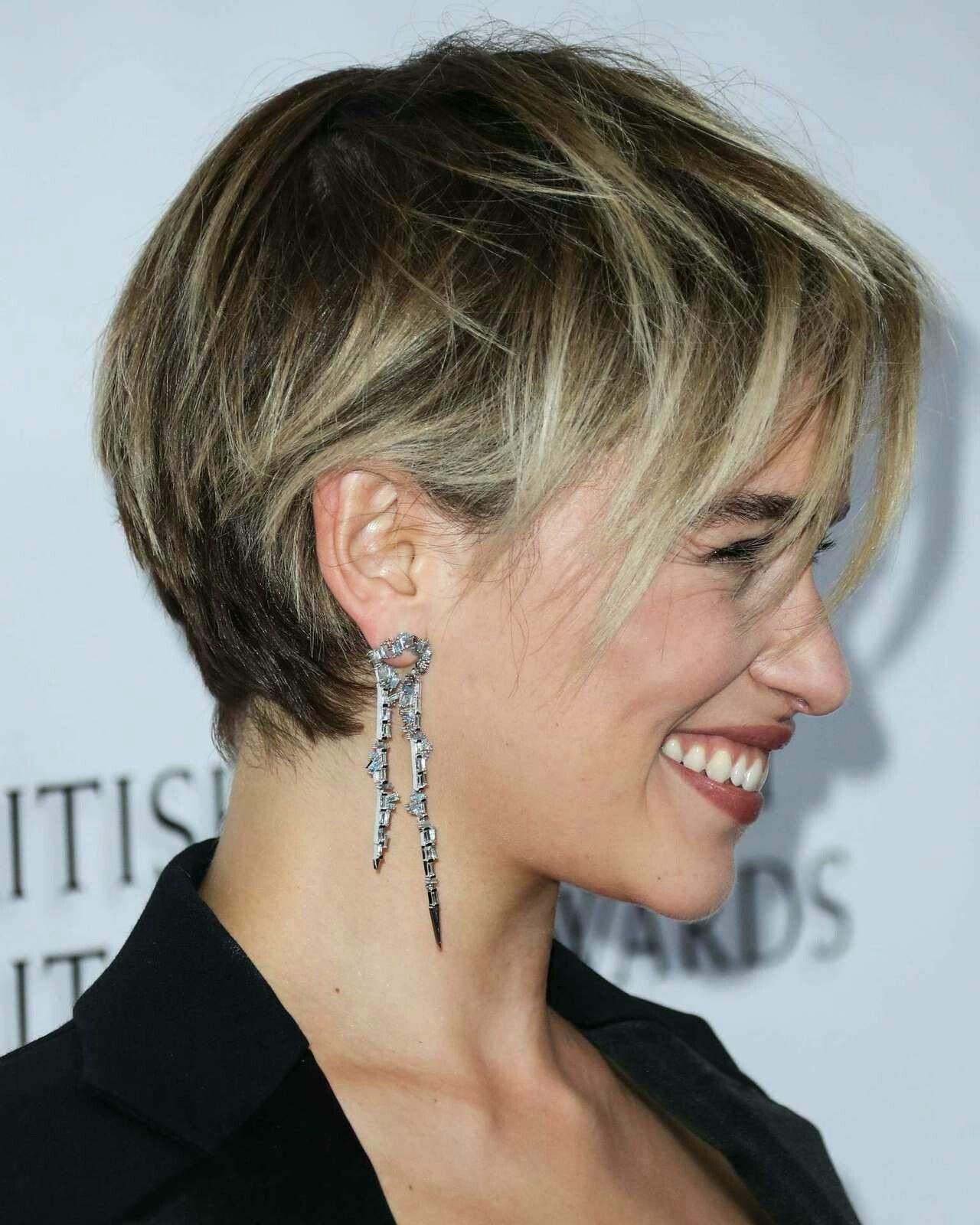 Emilia Clarke Kurzhaarschnitt blonde Strähnen dunkler Ansatz #kurz #frisur #pixie #shorthair #emiliaclarke