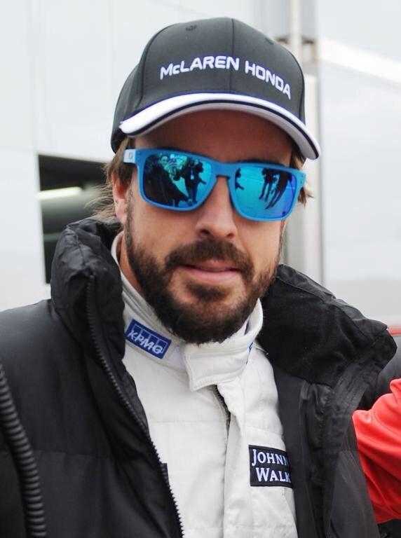 e0b114cb22ac3 Fernando Alonso con sus Oakley Holbrook OO9102 sky  alo oficial  oakley   mclaren  oakley  holbrook