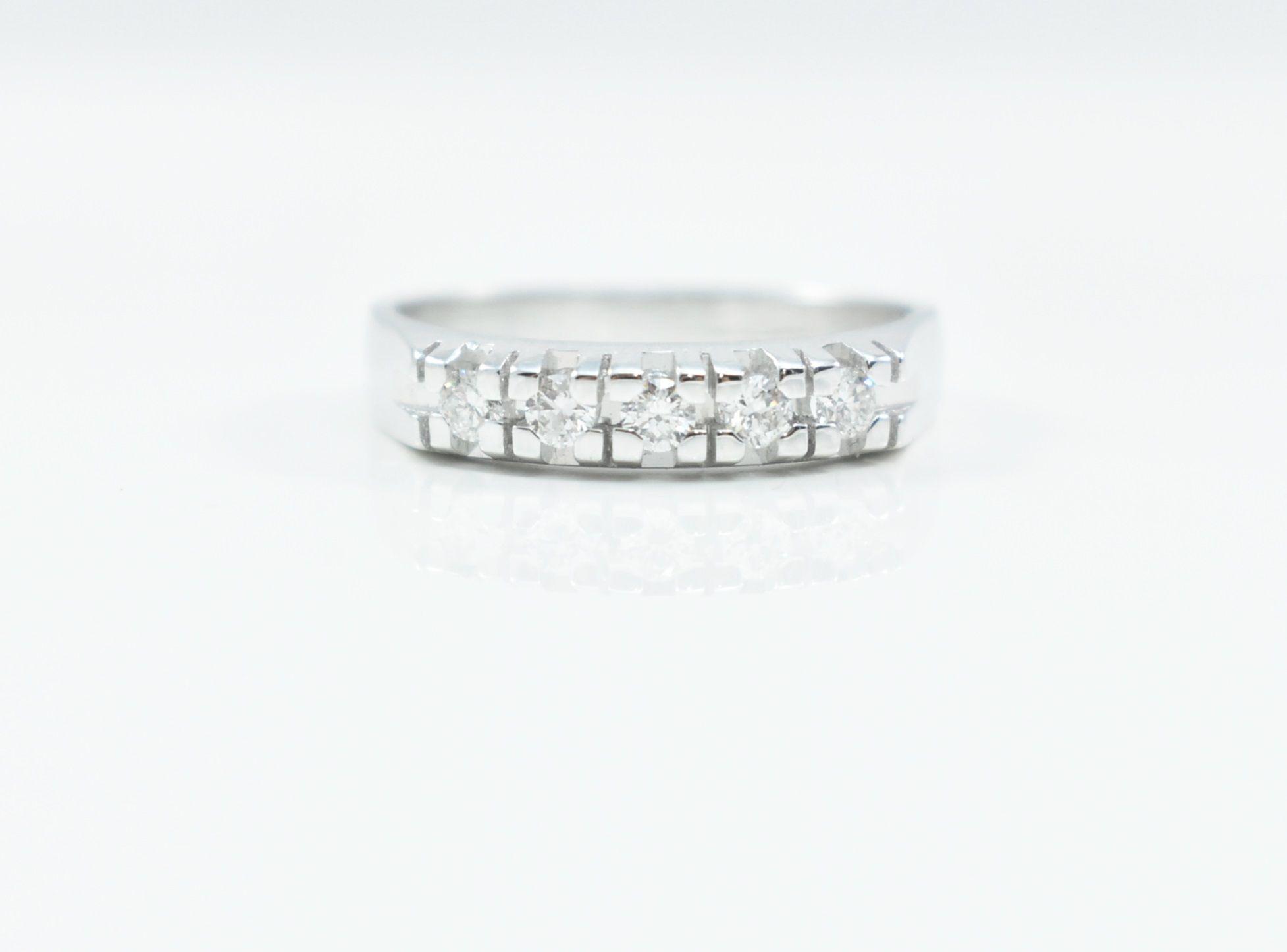 238c5692a149fe Anello veretta cinque diamanti Oro bianco 18 Kt. Diamanti ct. 0,26  Caratteristiche