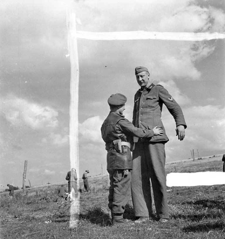 """WW2 Tweets from 1944 on Twitter: """"As Calais falls to Allies, tallest soldier in German army, Jacob Naken (over 7 feet tall) surrenders to Canadian Corporal Bob Roberts: https://t.co/UX1LKEjyGh"""""""