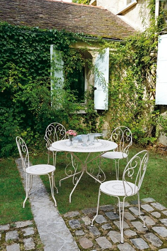 charmes romantique d 39 une table ronde vivre au jardin pinterest jardins terrasses et. Black Bedroom Furniture Sets. Home Design Ideas