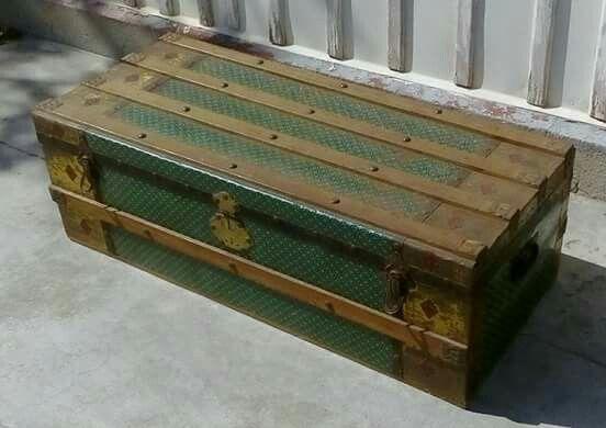 Baú em madeira forrado com papel por dentro e por fora. Origem portuguesa