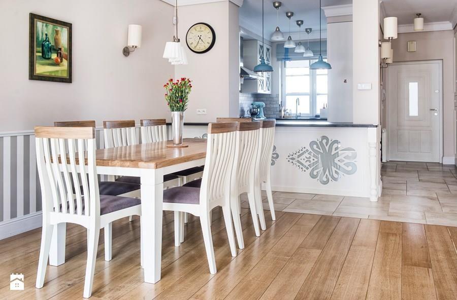 Ciekawy stół i krzesła