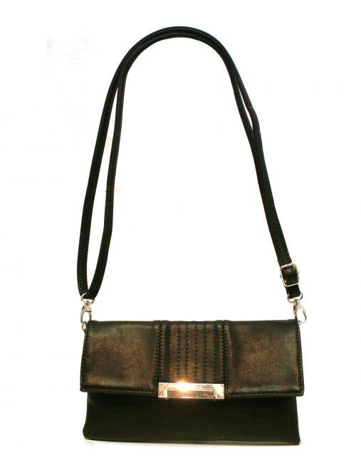 Kaunis musta laukku, mitä voi kantaa niin kädessä, rannehihnan avulla tai ottaa käyttöönsä pitkän olkahihnan. Laukun etuosaa koristavat tyylikkäät koristeompeleet ja kaunis lukko.