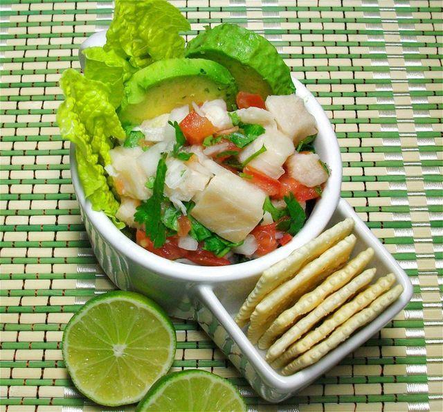 """Viajarás a la playa sin salir de casa al servir esta fresca preparación de pescado """"cocido"""" en jugo de limón y mezclado con jitomate, cilantro y chile."""
