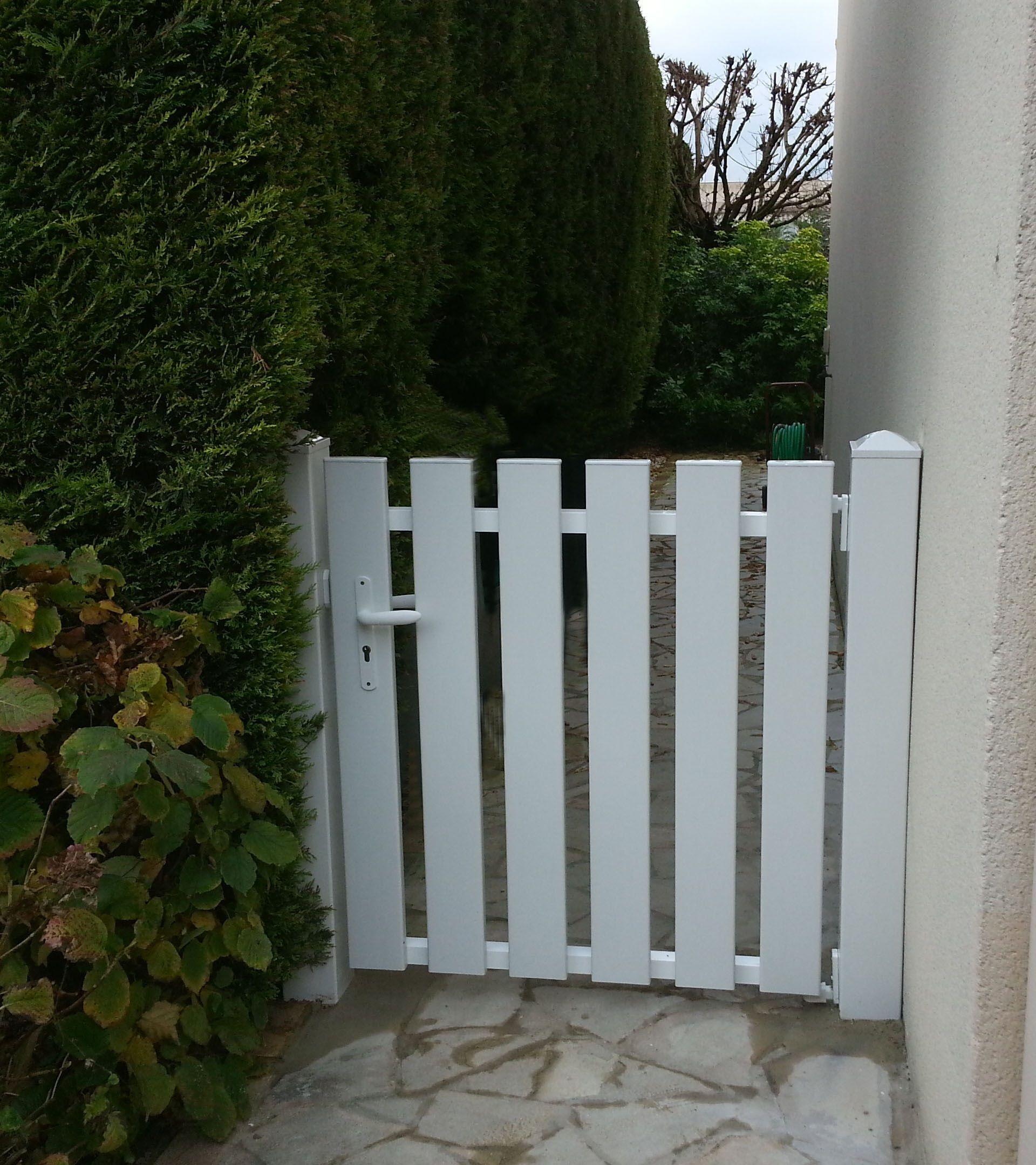 Petit portillon en PVC avec lames verticales ajourées ...