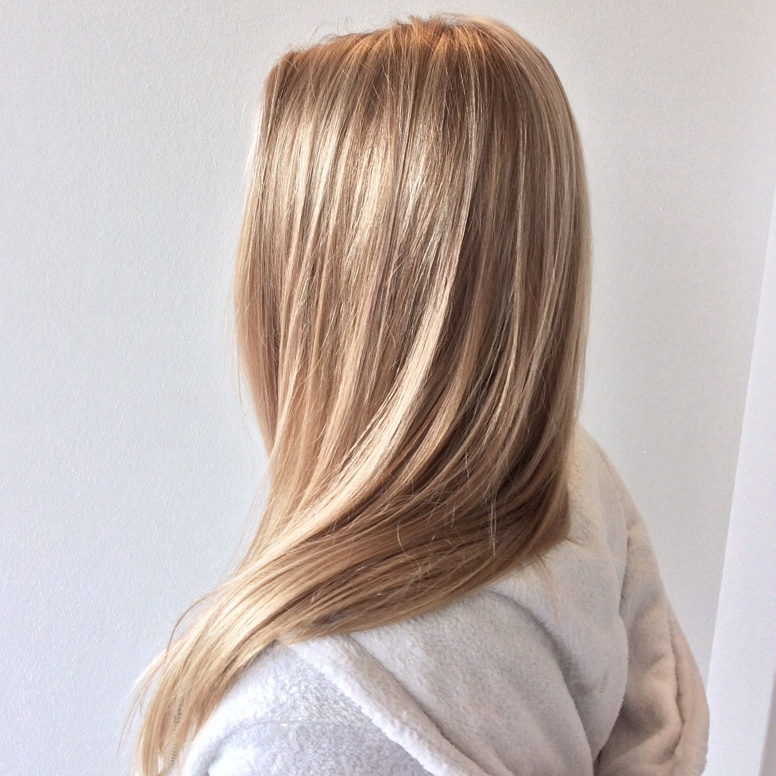 Sandblond long hair with balayage highlights hiekan vaaleat