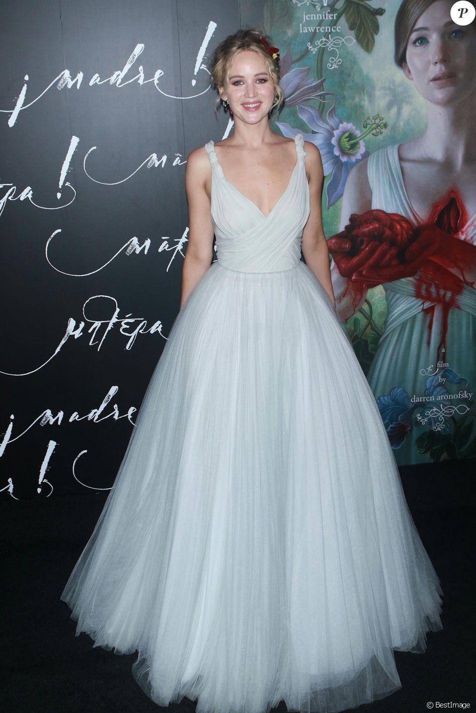 Jennifer Lawrence Princesse en robe blanche au bras de