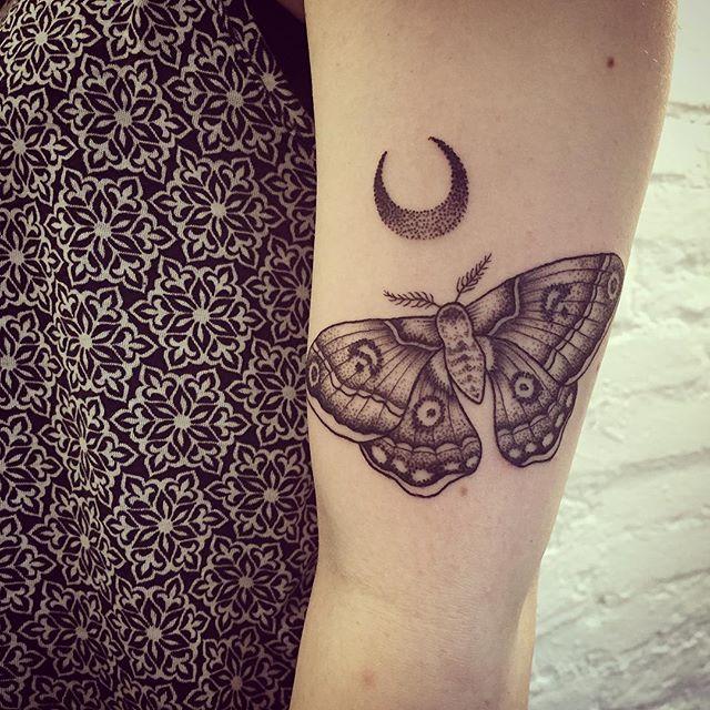 Motte Und Mond Fur Antonia Tattoo Motte Moth Mond Moon Dotwork With Images Moth Tattoo Body Art Tattoos Inspirational Tattoos