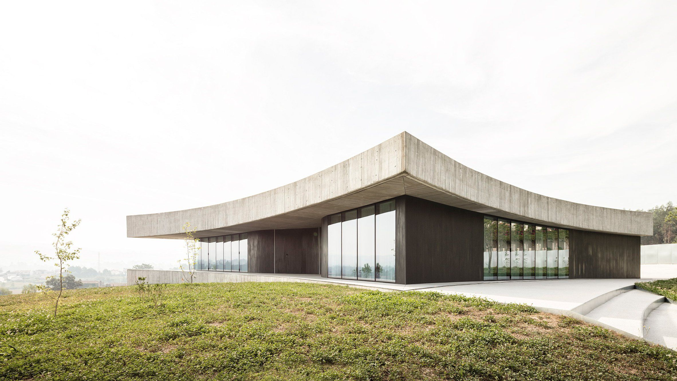 A Concrete Roof With Concave Sides Sits Atop Curving Glass And Wood Walls At This House In Portugal Which Is Ca Architecture Concrete Roof Modern Architecture