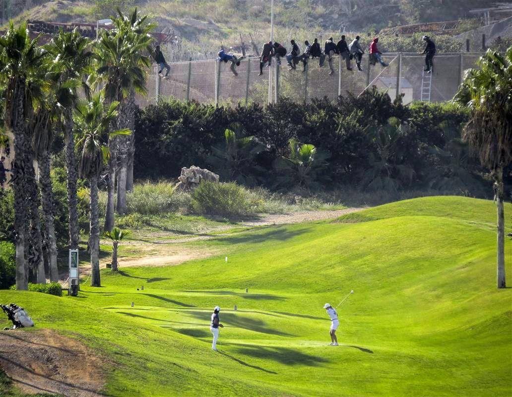 Grandes desigualdades. Inmigrantes subsaharianos intentan cruzar las fronteras entre Marruecos y Melilla, España