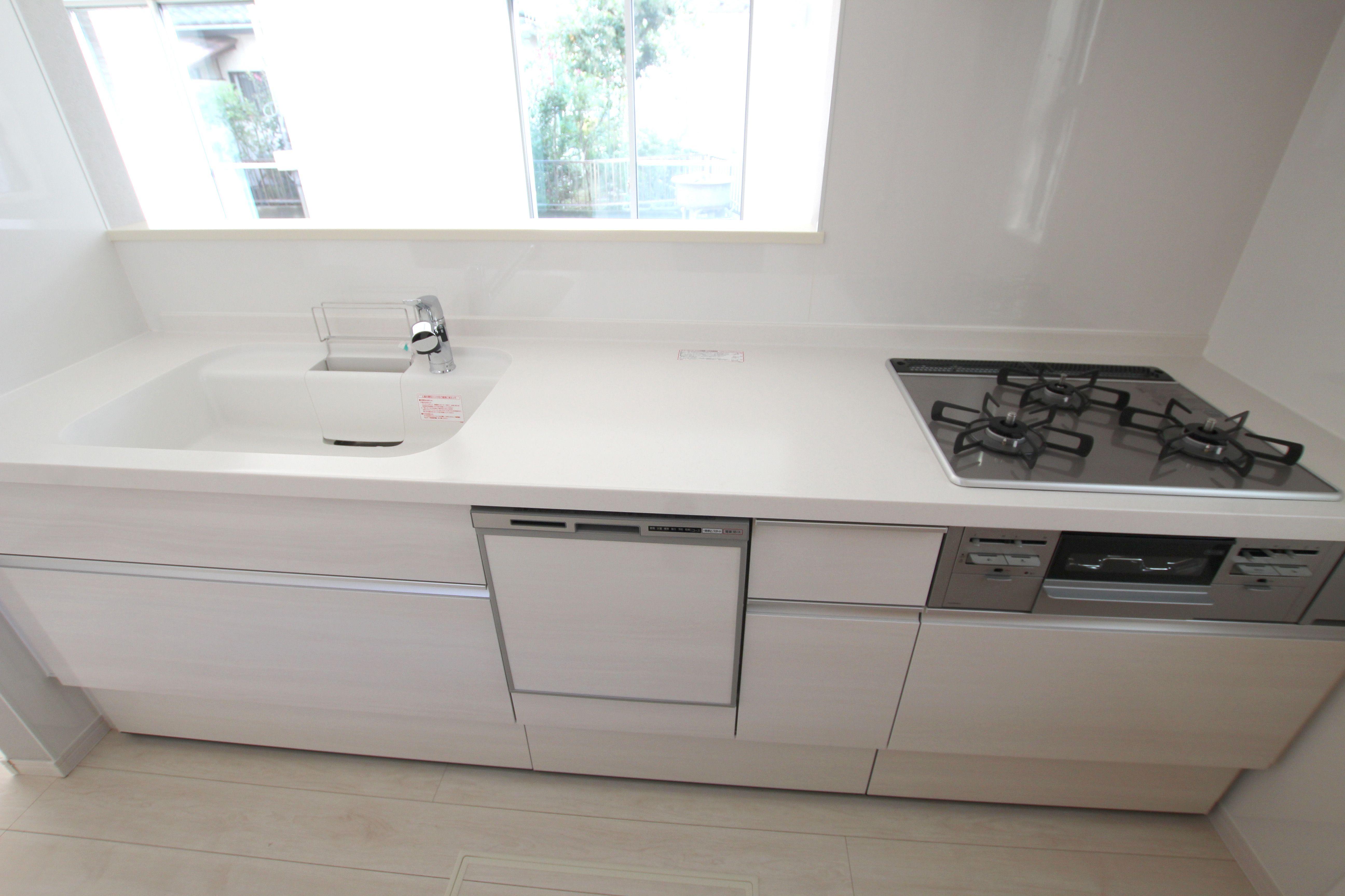 便利なシステムキッチンはシンプルに白をチョイス システムキッチン 人造大理石 シンク
