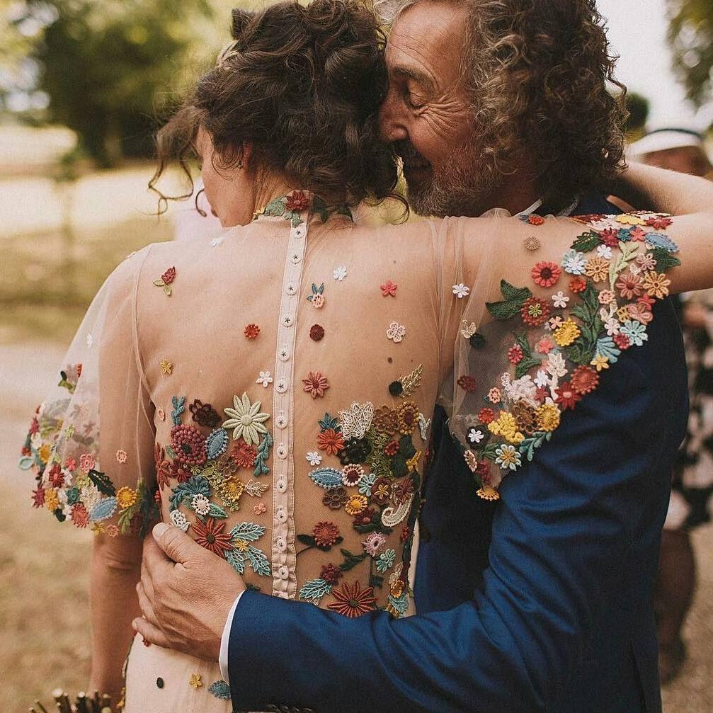 Este vestido es toda una obra de arte  #disoñandobodas #disoñando #bodas #novia #bride #bordados #flores #dress #style #love #estilo #fashion #tendencias #wedding #inspiracion