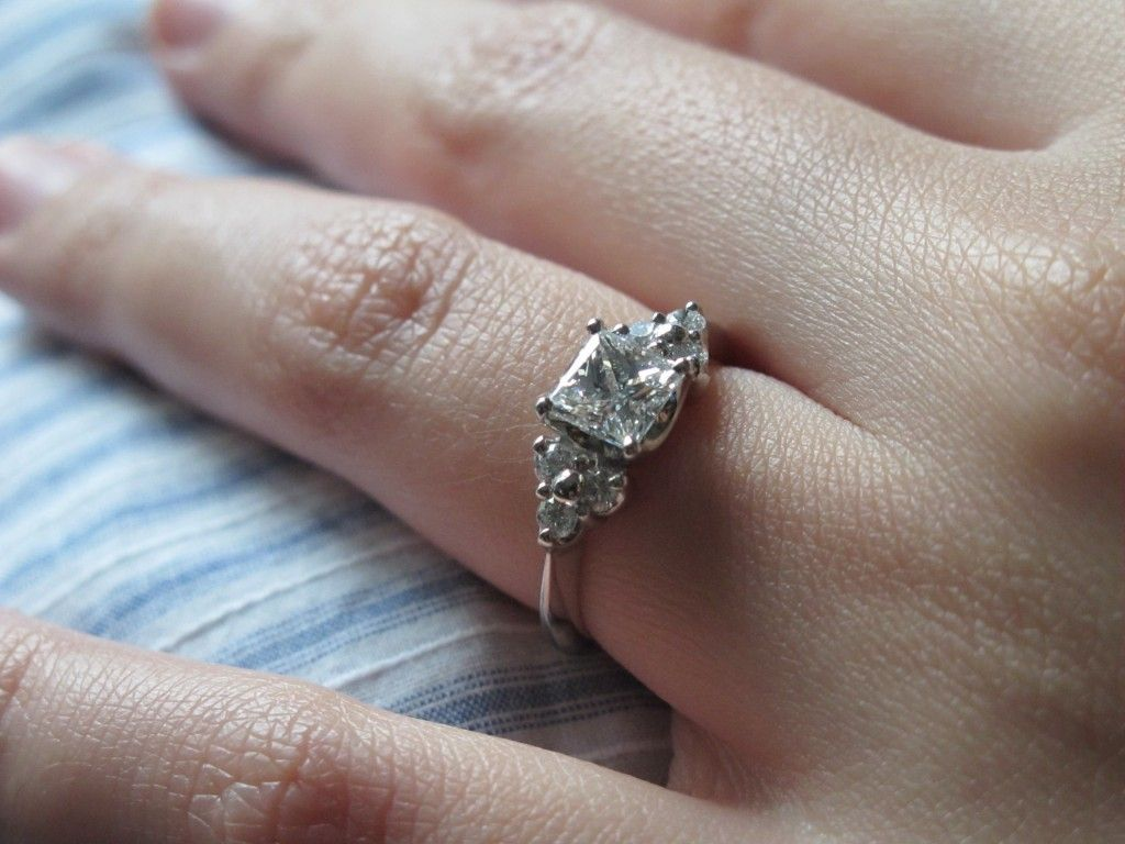 LOVE this this will be the shape of my ring if it had side stones