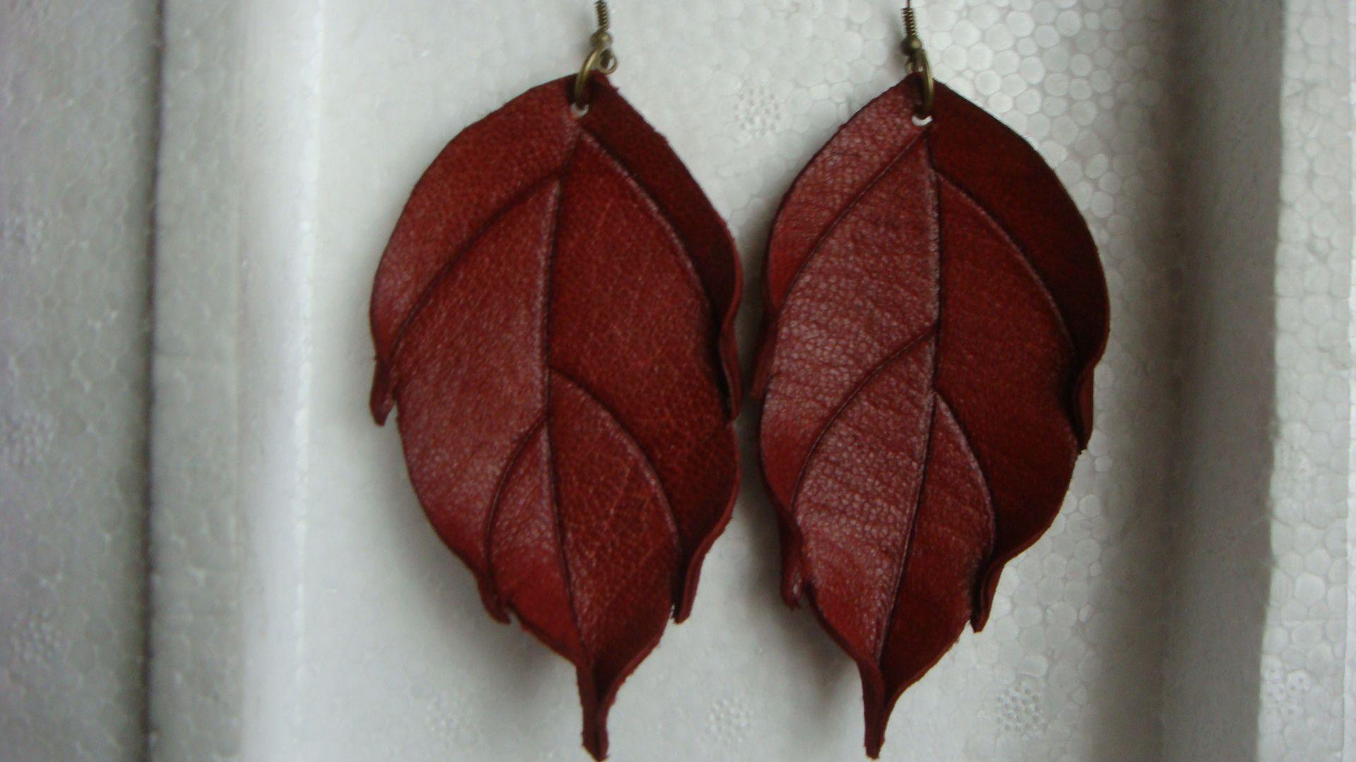 Aros hojas grandes en color rojo en cuero repujado