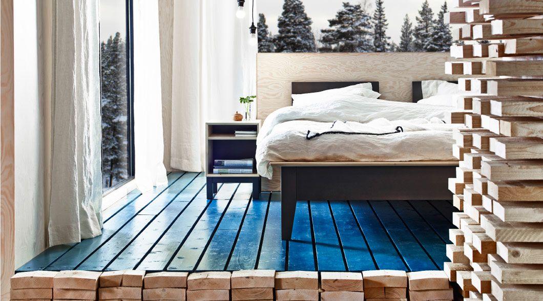 Schlafzimmer eingerichtet u. a. mit NORNÄS Bettgestell in Kiefer/Grau und NORNÄS Ablagetischen in Kiefer/Grau