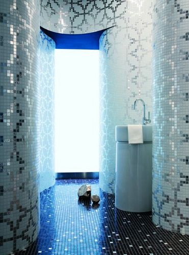 Metallic-slver-white-wallpaper-style-patterned-mosaics-bathroom
