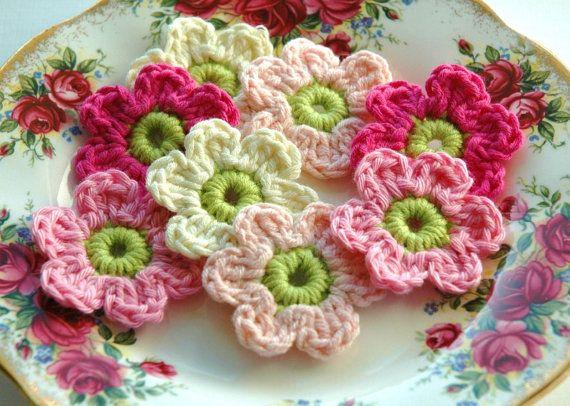 Gehäkelte Blumen in rosa und Creme X 8 | Häkeln Blumen | Pinterest ...