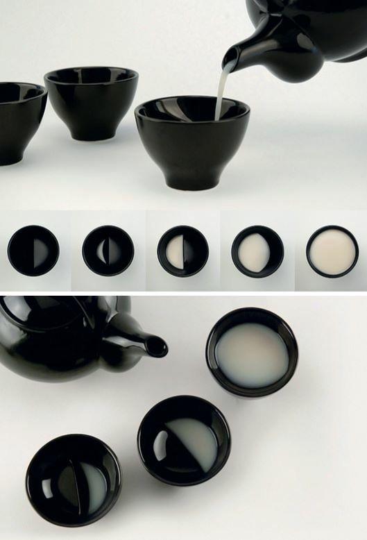 Le studio Coréen Tale a imaginé The Moon Glass, une série de petits bols en céramique conçus spécialement pour y verser de la liqueur de riz. Grâce à des renflements, la particularité de ces objets poétiques est d'imiter les différentes phases cycliques de la lune une fois que vous y avez versé la boisson, de la pleine lune à la lune de croissant.