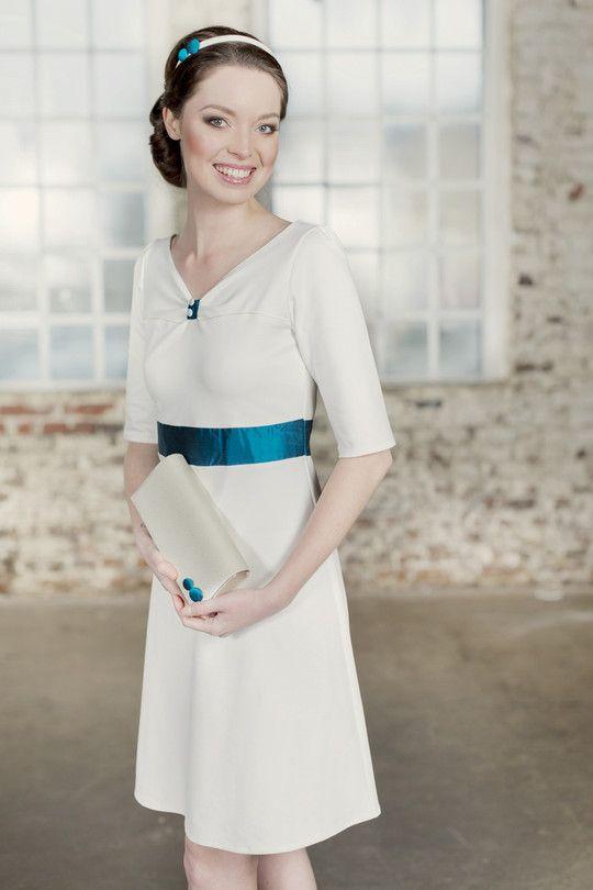 Bezauberndes kurzes Brautkleid mit blauer Sherpe von Labude ...