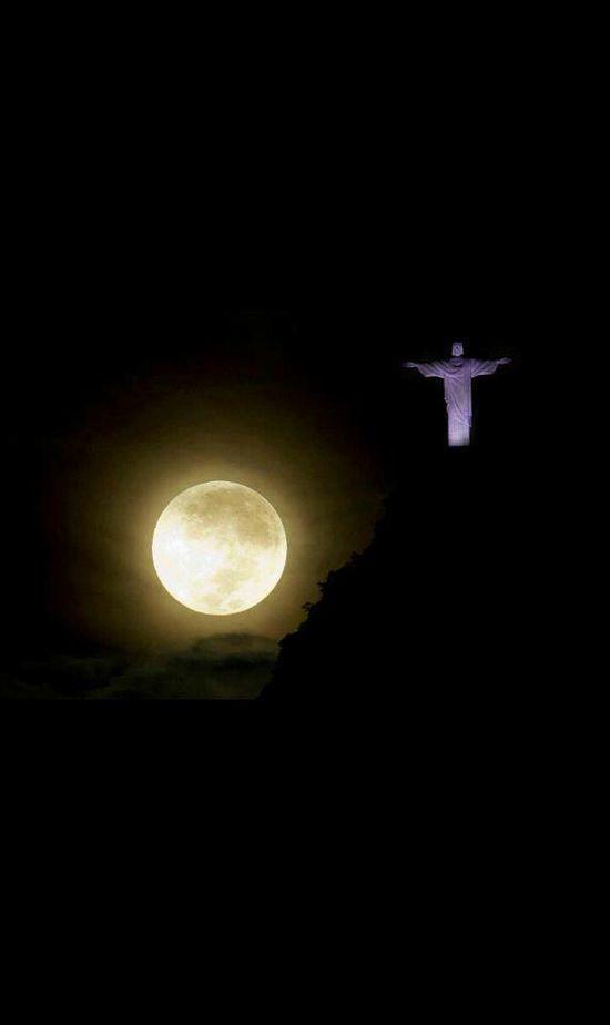 Cristo Redentor y la luna ... Bella Río de Janeiro ...