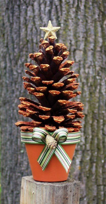 Glittered Holiday Pinecone Tree Craft In Russett Large Pinecone Tree Christmas Www Loveits Enfeites De Natal Artesanal Enfeites De Natal Artesanato De Natal