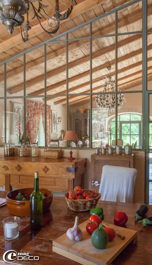 Cuisine avec une grande verri re dans une ancienne bergerie r nov e pr s de sommi res - Cuisine ancienne renovee ...