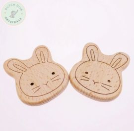 Super leuk baby bijtspeeltje van onbehandeld hout in de vorm van een konijntje. Het perfecte bijt speeltje voor als jouw kleintje tandjes krijgt!