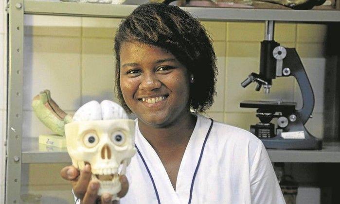 Lorrayne Isidoro [2000] é aluna do Colégio Pedro II e ganhou IV Olimpíada Brasileira de Neurociências (Brazilian Brain Bee), em São Paulo, conquistando a vaga para representar o Brasil na 16ª Olimpíada Internacional (2016 Brain Bee World Championship).